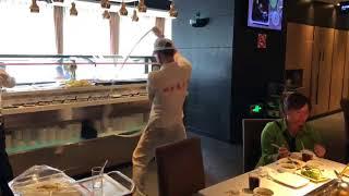 上海體驗海底撈火鍋。撈麵秀