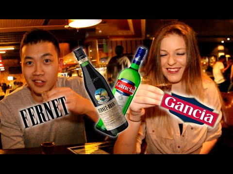 ¡Extranjeros prueban Fernet con Coca y Gancia con Sprite!