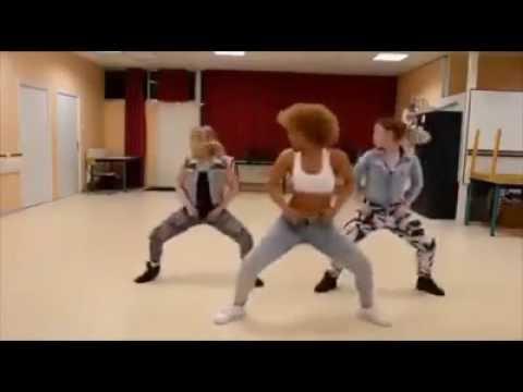 Chicas bailando con musica africana