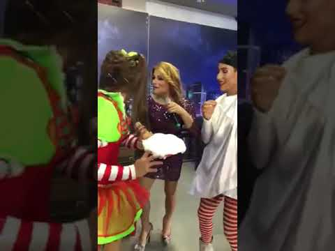 Deborah Livas recibe pastelazo en el programa