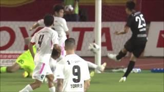 GKが足でセーブしたシュートのこぼれ球に反応した前田 直輝(名古屋)が...