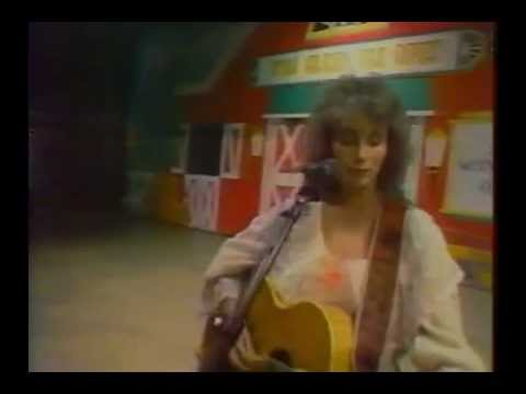 Emmylou Harris - To Daddy (singing to Johnny Hallyday) in 1984
