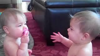 「これは僕のお気に入りだよ!」一つのおしゃぶりを取り合う双子の赤ちゃんがめちゃ可愛い