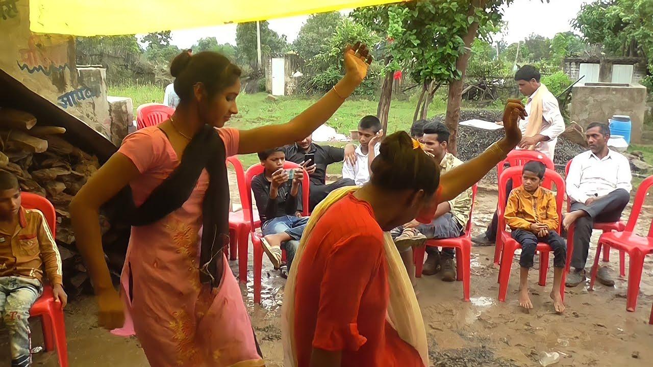 दोनों बहनों ने सहेली की शादी में खुश होकर इतना सुंदर डांस किया ((Ashish Sahu))desi band Baja dance