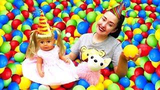 День Рождения Эмили— Веселая Школа для самых маленьких— Торт, подарки иразноцветные шарики