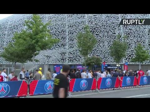 Des fans du PSG se rassemblent devant le Parc des Princes pour saluer Neymar