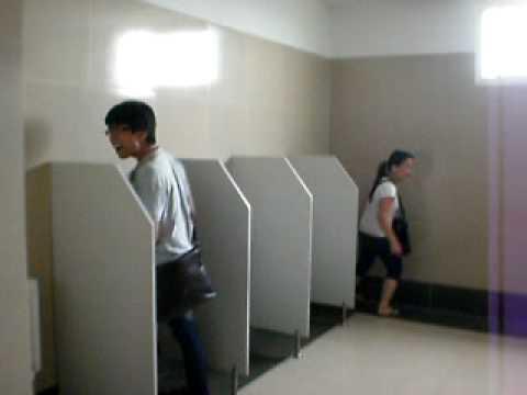 Phương say vào WC nam :))