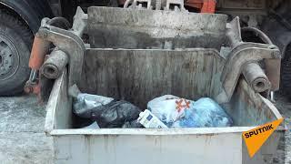 Нелегкая работа водителя мусоровоза в тесных дворах Минска