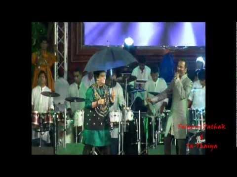 Falguni Pathak Singing Her Traditional Best...