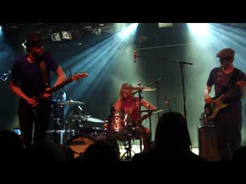 Taylor Hawkins & The Coattail Riders - It's Over (Eindhoven, 4 June 2010)