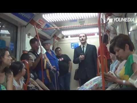 Banchiere chiede l'elemosina in metro