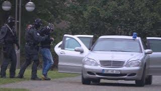 Schwerstverbrecher werden von Hubschrauber zum Gericht geflogen - SEK begleitet in Köln am 14.9.17
