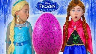 PRINCESAS Elsa And Anna juegan con Huevo Sorpresa Gigante