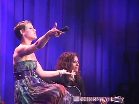 "PINK & LINDA PERRY ""What's Up"" Duet"