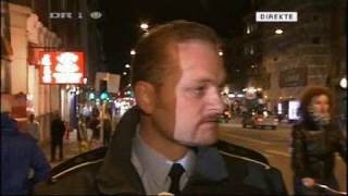 Politimand mister sin kasket midt i et interview! (fuld video)