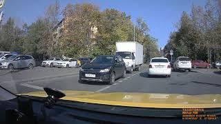 Фото ДТП напротив МГИМО. Такси протаранило легковушку
