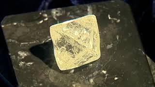 видео Как выглядит огромный изумруд весом 1,6 кг добытый на Урале
