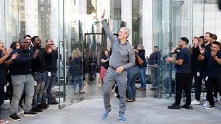 Gambar cover Tim Cook reopens Apple 5th Avenue store in time for iPhone 11 Launch
