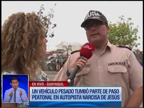 Volqueta se estrella contra un paso peatonal en una autopista de Guayaquil