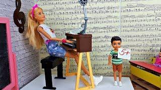 УРОК ПЕНИЯ. ОПОЗДАЛ И ПОЛУЧИЛ ПЯТЕРКУ. Школа! Играем в куклы Барби в школе