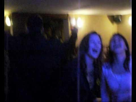Jennifer und Katharina im Pub in Warendorf(Karaoke)