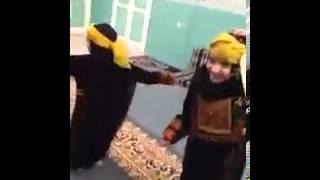بنات صغار يرقصون
