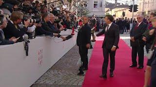 A Salzbourg, Macron interrompt une prise de parole d'Orban pour le saluer