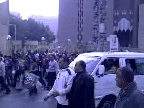 protestors near bank in cairo heading to tahrir sq(مصر تحرير)
