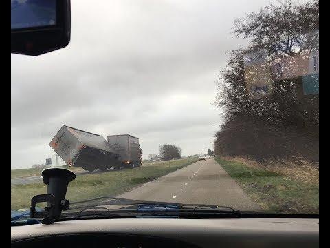 شاهد الناس وهي تطير من شدة سرعة الرياح ..'عاصفة قوية جدا تضرب هولندا هذا اليوم' 18-1-2018.