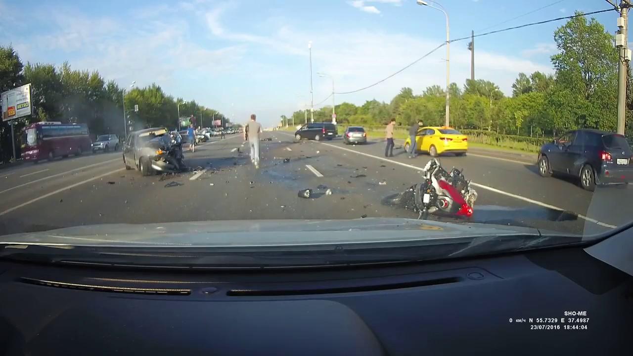 ДТП. Автомобиль вылетел на встречку и столкнулись с байкером.