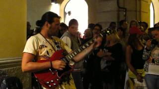 Fantastic STREET musician (Marcello Calabrese) rocks the crowd - Smoke on the water