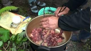 マタギが自分で捕った熊を野外で料理します。 秋田県の阿仁根子マタギ。