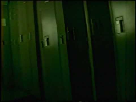 【心霊映像】ロッカーの隙間から覗き込む顔