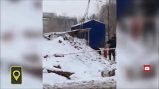 Озорные рабочие из Кирова устроили качели из ковша экскаватора