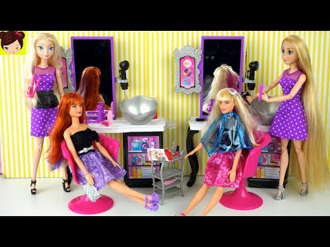 Rapunzel y Elsa Peinan a las Muñecas Barbie en  la Peluqueria y Salon de Belleza