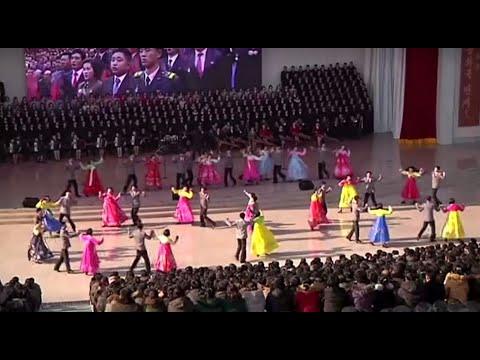 الكوريون الشماليون يرقصون ويغنون احتفالا بإعادة فتح المسرح  - 11:00-2020 / 1 / 18