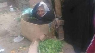 فيديو| سيدة الكرتونة.. مأساة الفقر تداويها أعواد البقدونس