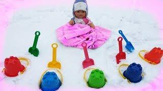 Маша играет вместе с куклой беби борн