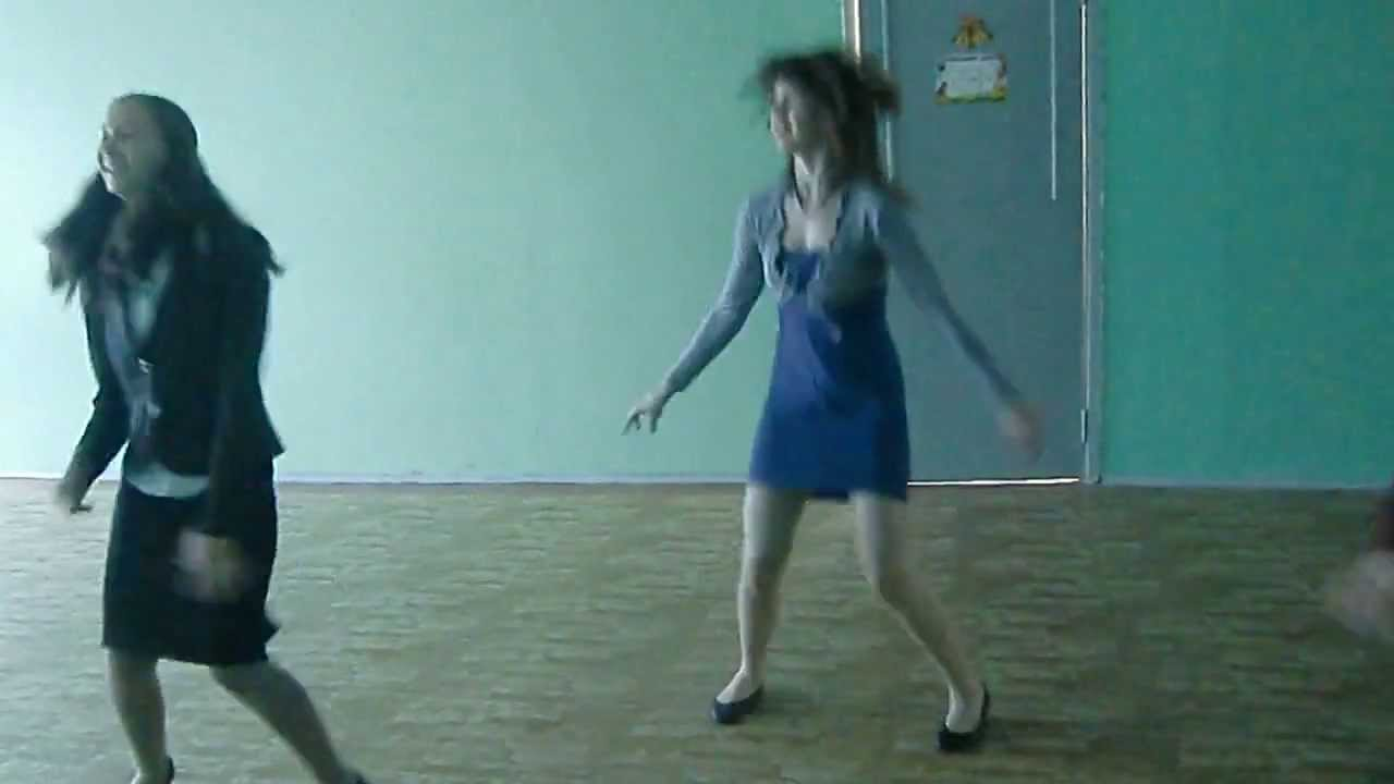 Девушки танцуют в колготках