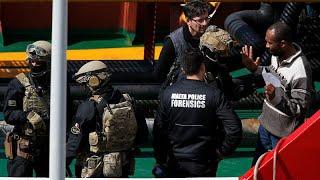 Militär stürmt von Migranten gekapertes Schiff mit Maschinenpistolen