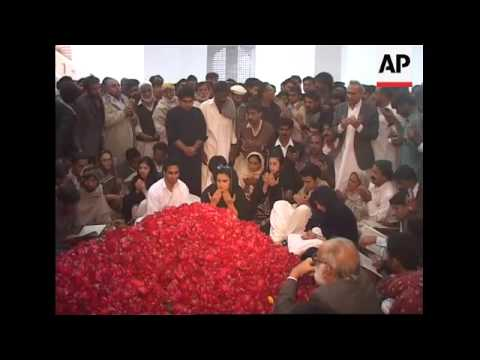 AP pix of Nawar Sharif laying wreath at Bhutto's grave