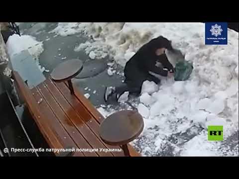 قطعة جليد تسقط على رأس امرأة وسط كييف