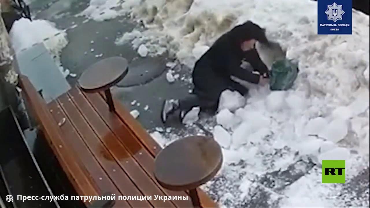 قطعة جليد تسقط على رأس امرأة وسط كييف  - 17:00-2021 / 2 / 23