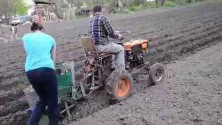 посадка картошки самодельным минитрактором