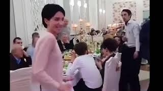 Ревнивая жена мешает танцевать мужу на свадьбе с другими