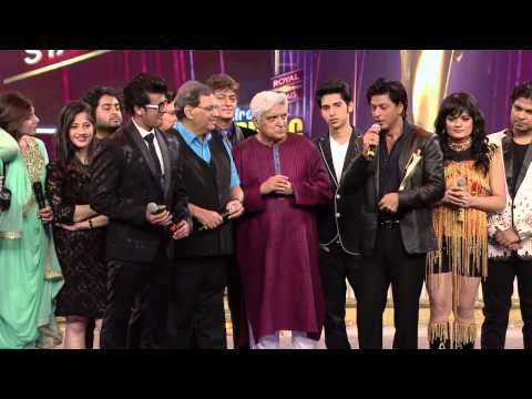 Shahrukh khan sings and Subhash Ghai dances on the stage of 6th Royal Stag Mirchi Music Awards