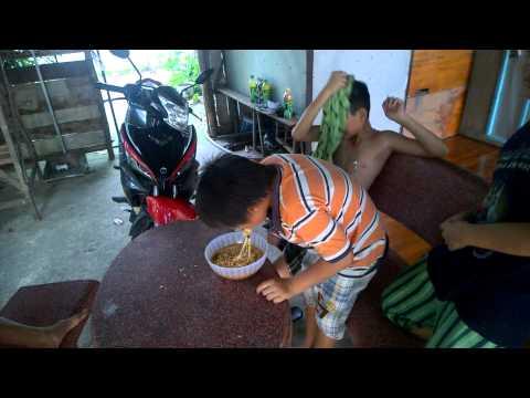 Thách đấu ăn mì gói - Cuộc chiến mì gói và thằng nhỏ