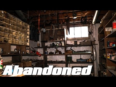ABANDONED House - EVERYTHING Left Behind ! Old Collectors House
