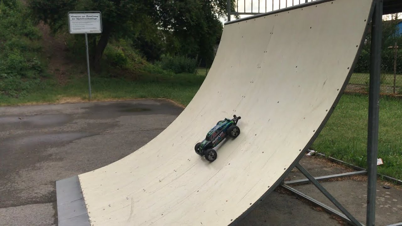 Traxxas Rustler VXL auf dem Skaterplatz | Ollis RC Cars