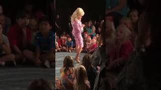 Dolly Parton sings 'I Believe In You' to Kids